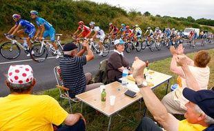 Une table de camping, des casquettes à pois rouges, de la bière et des coureurs cyclistes. Dur de se tromper, nous sommes bien en France, un certain 14 juillet 2009.