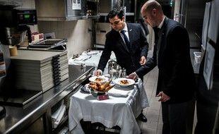 Des serveurs préparent un chariot de room service à l'hôtel Lutetia à Paris, le 12 février 2019.