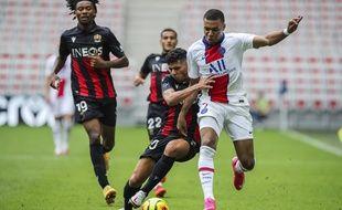 Kylian Mbappe et Youcef Atal à la bataille durant le match OGC Nice-PSG, le dimanche 20 septembre 2020 à Nice