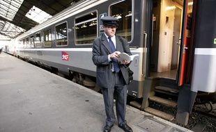 Un contrôleur de la SNCF sur le quai d'une gare.