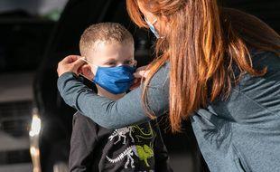 Illustration d'un enfant portant un masque pour se rendre à l'école