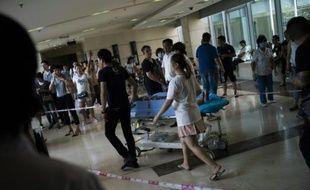 Transfert d'un homme blessé par les explosions, le 13 août 2015 aux Emergences de l'hôpital Teda de Tianjin, dans le nord-est de la Chine