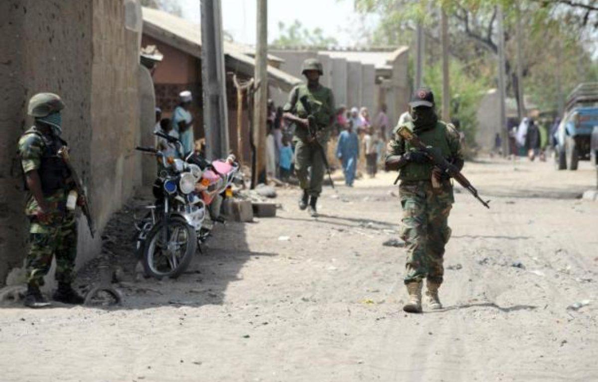 Des policiers nigérians patrouillent à Baga, dans le nord-est du Nigeria, le 30 avril 2013 – Pius Utomi Ekpei AFP