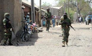 Des policiers nigérians patrouillent à Baga, dans le nord-est du Nigeria, le 30 avril 2013