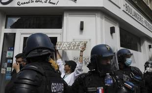 La situation s'est tendue à Paris en fin d'après midi place de la Bastille, après l'arrivée du principal cortège contre le pass sanitaire, le 31 juillet 2021.