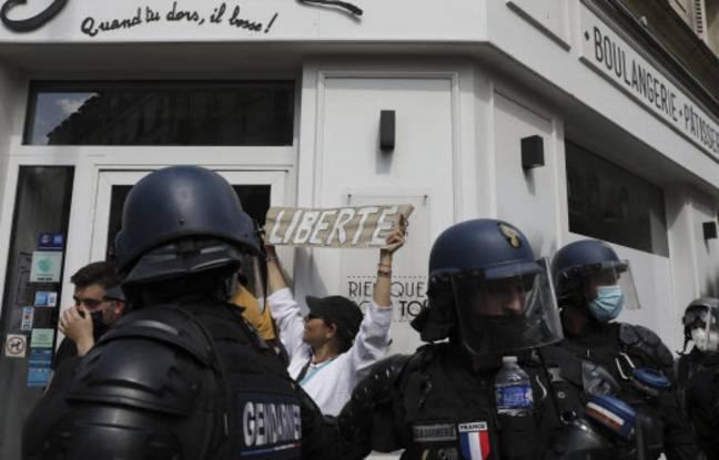Pass sanitaire : Evacuation tendue des manifestants à la Bastille, à Paris