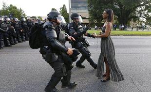 La photo, prisesamedi 9 juillet 2016 à Bâton-Rouge (Louisiane) par Jonathan Bachmanen marge d'une manifestation est devenue virale. Elle afait deLeshia Evansun symbole de la lutte contre les violences policières aux Etats-Unis.