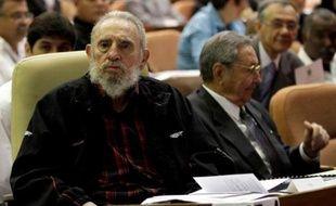 L'ancien président cubain Fidel Castro (g), assis au côté de son frère Raoul, le 24 février 2013 à Cuba