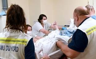 Un patient atteint de coronavirus, pris en charge par le Samu, est conduit à l'hôpital Huriez de Lille, le 6 avril 2020.