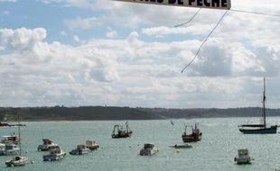 Photo, datant du 8 août 2011 à Erquy, d'une banderole hostile à la création d'un futur parc d'éoliennes en mer