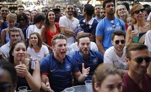 Des supporters français assistent à la finale France-Croatie à la terrasse d'un bar.