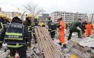 Une forte explosion dans une grande ville de l'est de la Chine a entraîné l'effondrement de bâtiments et fait au moins deux morts et des dizaines de blessés.