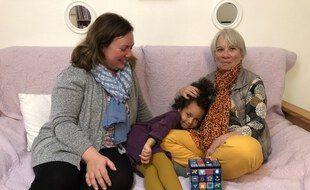 Maud, Naya et Marylène, sa mamie de cœur.