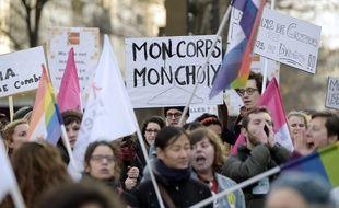 Un millier de manifestants ont défilé à Paris pour défendre le droit des femmes et améliorer l'accès à l'avortement, à l'occasion des 40 ans de la loi Veil, le 17 janvier 2015.