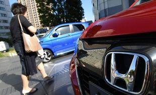 Le logo de Honda sur une voiture à Tokyo le 13 mai 2016