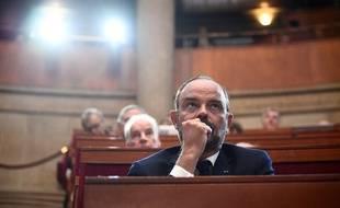 Edouard Philippe écoute avec attention au Conseil économique social et environnemental (Cese)