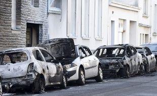 Des voitures incendiées dans une rue à proximité du quartier Canclaux à Nantes.