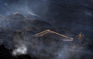 Une maison est couverte de débris après l'éruption du Cumbre Vieja près d'El Paso sur l'île de La Palma aux Canaries, en Espagne, le 21 septembre 2021.