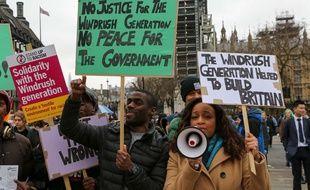 Des manifestants protestent contre le traitement réservé à la génération Windrush.