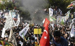 Deux explosions ont eu lieu le 5 juin 2015 faisant plusieurs dizaines de blessés à Diyarbakir, au sud-est de la Turquie, au cours d'un meeting du principal parti kurde