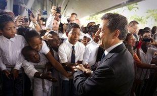 Nicolas Sarkozy a entamé samedi une visite de deux jours en Guyane d'où il doit présenter ses voeux aux Français d'outre-mer, profitant d'une étape en forêt amazonienne pour parler environnement, orpaillage mais aussi immigration clandestine, après un tour en pirogue