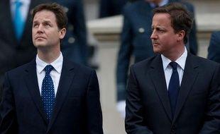 Le leader des Lib Dems, Nick Clegg (à gauche) et le leader des conservateurs, David Cameron (à droite) lors des cérémonies du 8 mai à Londres.