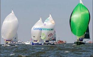 Fred Duthil (Distinxion) est passé en tête de la flotte des voiliers de la 38e édition de la Solitaire Afflelou Le Figaro à la bouée de dégagement, après 1 h 42 min de course, à l'issue du parcours côtier mardi après-midi au large de Ouistreham (Calvados).