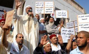 Des Tunisiens manifestent contre le limogeage d'un imam proche du parti islamiste Ennahda, à Tunis le 21 octobre 2015