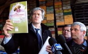 """Le gouvernement a lancé vendredi un plan sur trois ans pour redynamiser l'apiculture française ne prévoyant aucune nouvelle interdiction de pesticide, au grand dam des apiculteurs qui estiment que """"sans abeille, pas de miel""""."""