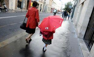 Une mère et sa fille sur le chemin de l'école, le 5 septembre 2011 à Paris