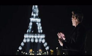 Robert Downey Junior fait mumuse avec la tour Eiffel.