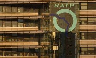 Deux agents de la RATP, accusés par leur employeur d'avoir saboté la ligne 6 à l'occasion des grèves de l'automne, ont été jugés coupables par le tribunal correctionnel de Paris et condamnés vendredi à un mois de prison avec sursis.
