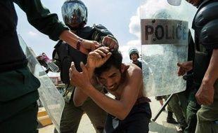 La police cambodgienne a effectué des tirs de semonce lors de heurts vendredi avec plusieurs milliers d'ouvriers du textile en grève massive pour réclamer des hausses de salaire.