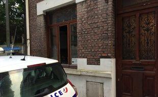Un véhicule de police intervient après le cambriolage d'une maison