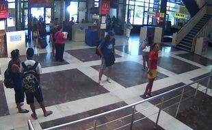 Les enquêteurs envisagent l'hypothèse d'un complice ayant déclenché à distance depuis un téléphone mobile l'explosif porté par l'auteur de l'attentat suicide anti-israélien en Bulgarie le 18 juillet, indiquent samedi le journal Pressa et la télévision privée bTV.