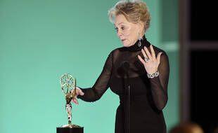 Jean Smart sur la scène de la 73e cérémonie des Emmy Awards.
