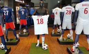 L'OL a reproduit le geste de Nabil Fekir face aux supporters de Saint-Etienne dans sa boutique officielle, le 6 novembre 2017.