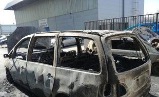 Une voiture incendiée lors des violences urbaines qui ont touché certains quartiers de Toulouse les 15 et 16 avril 2018.