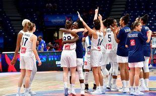 Les Françaises célèbrent leur victoire en demi-finale d'Euro de basket face à la grande-Bretagne, le 6 juillet 2019.