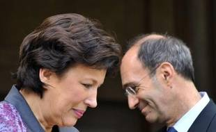 """Le ministre du Travail sortant Eric Woerth a remis lundi matin """"une partie des clés"""" de son ministère à Roselyne Bachelot, nommée ministre des Solidarités et de la cohésion sociale, expliquant qu'il le quittait """"avec émotion""""."""
