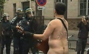 Un homme nu a chanté devant les policiers, lors de la manifestation du 12 septembre 2017.