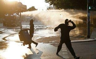 Des manifestants lancent des projectiles en direction des forces de l'ordre en marge du sommet du G20 à Hambourg