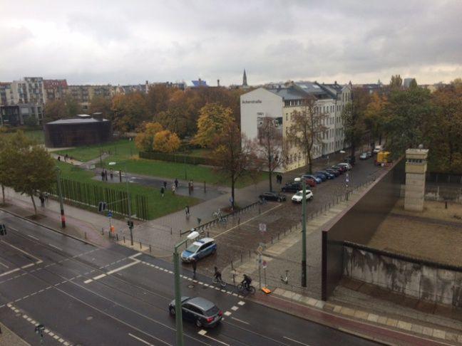 A gauche, la chapelle de la Réconciliation, à droite, un tronçon du mur de Berlin de la Bernauerstrasse conservé en l'été, au Mémorial du mur de Berlin.