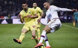 Lé Dubois face au Lyonnais Rachid Ghezzal.