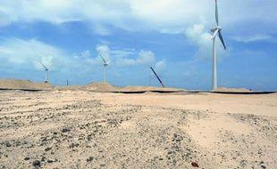 Des éoliennes dans le port de Mucuripe, à Fortaleza, dans le Nord-Est du Brésil le 11 décembre 2012
