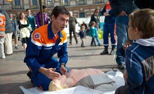 Une démonstrationde massage cardiaque à Toulouse.