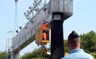Démantèlement d'un péage écotaxe le 23 juin 2014 à Prinquiau entre Nantes et Saint Nazaire