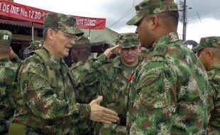 Le général colombien Rubén Alzate (g) le 15 août 2014, deux mois avant son kidnapping par les Farc