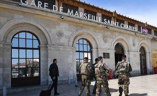 Des soldats de l'opération Sentinelle en patrouille à la Gare Saint-Charles de Marseille après l'interpellation d'un homme au comportement suspect, ce samedi.