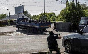 Des militants prorusses combattent l'armée ukrainienne à l'aéroport de Donetsk en Ukraine, le 26 mai 2014